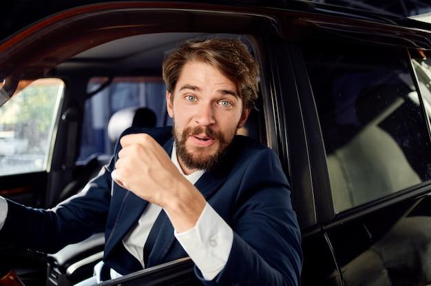 Brodaty mężczyzna oficjalny sukces drogowy kierowcy pasażera