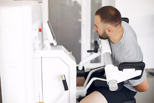 Brodaty mężczyzna po rehabilitacji po kontuzji w poradni fizjoterapeutycznej