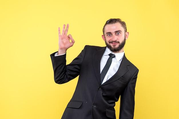 Brodaty mężczyzna pokazuje ok gest