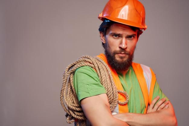 Brodaty mężczyzna pomarańczowy hełm na głowie profesjonalny. zdjęcie wysokiej jakości