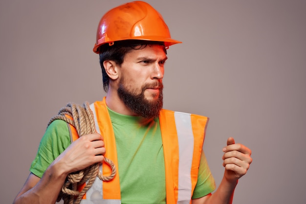 Brodaty mężczyzna pomarańczowy hełm na tle przemysłu głowy na białym tle