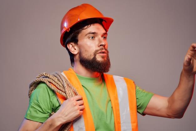 Brodaty mężczyzna pomarańczowy kask na głowie profesjonalisty