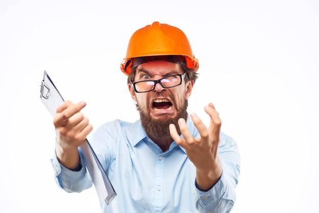 Brodaty mężczyzna pomarańczowy kask na mundurze ochronnym głowy