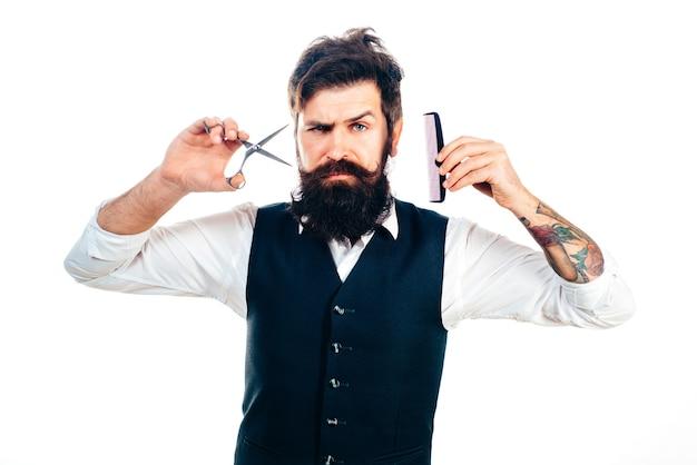 Brodaty mężczyzna, portret mężczyzny z długą brodą i wąsami. grzebień fryzjerski i nożyczki do salonu fryzjerskiego. zakład fryzjerski vintage, golenie.
