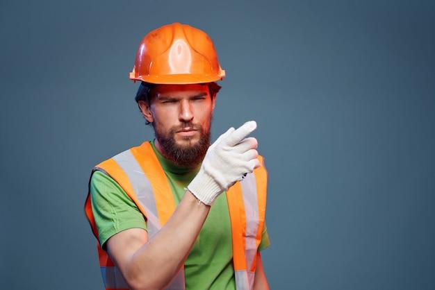 Brodaty mężczyzna pracujący zawód przemysł na białym tle