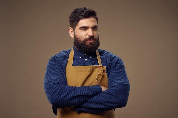 Brodaty mężczyzna, profesjonalna praca fryzjera