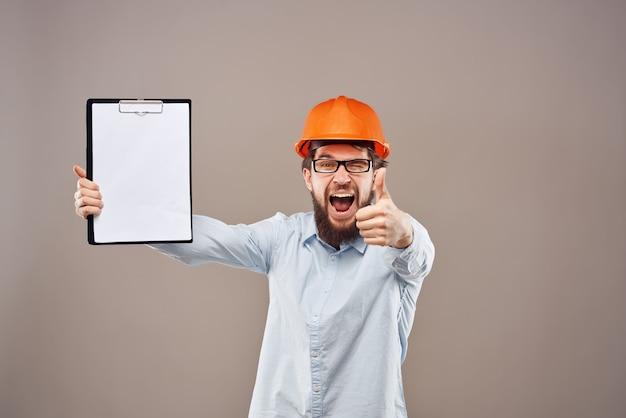Brodaty mężczyzna profesjonalny zawód pracowniczy gest ręki