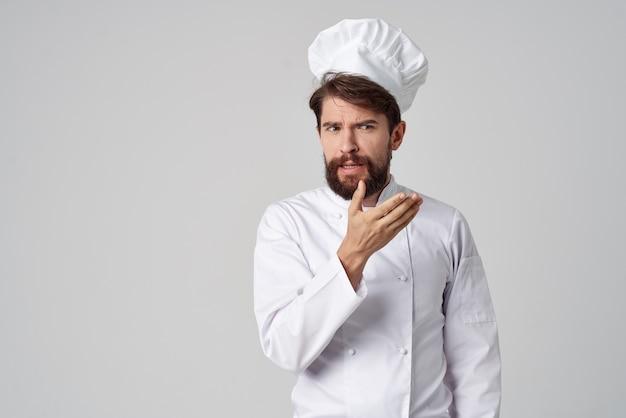 Brodaty mężczyzna restauracja obsługa profesjonalnego gestu ręki jasne tło