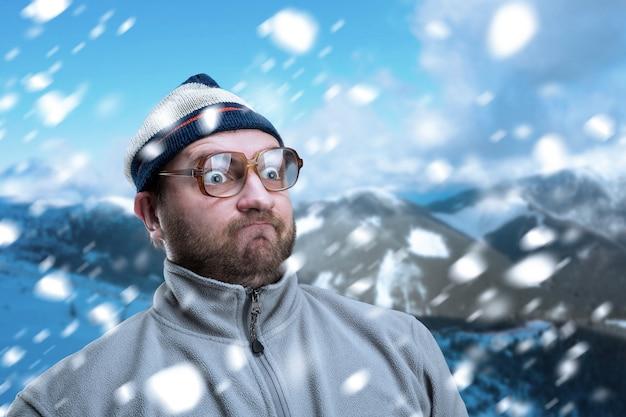 Brodaty mężczyzna retro w okularach w zimowych górach