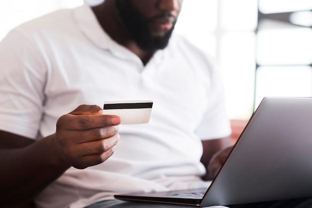 Brodaty mężczyzna robi zakupy online
