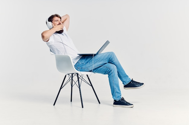 Brodaty mężczyzna słucha muzyki na słuchawkach rozrywka