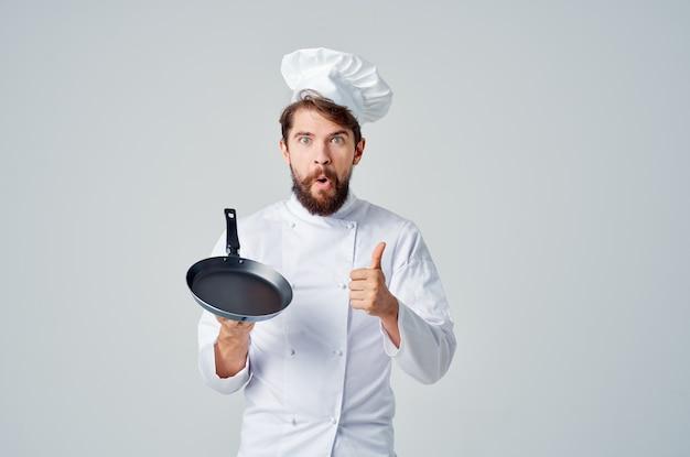 Brodaty mężczyzna szef kuchni pan gotowanie kuchnia przemysł kulinarny