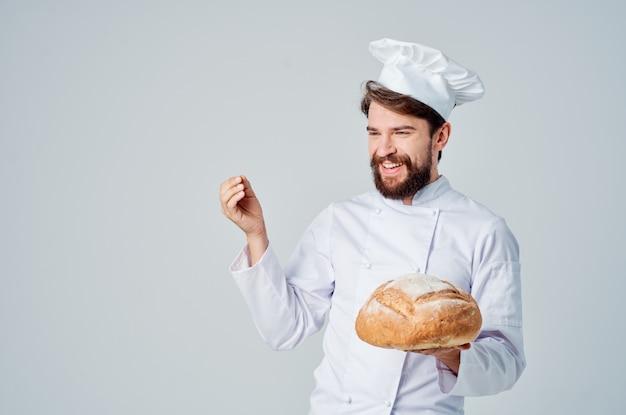 Brodaty mężczyzna szef kuchni produkty piekarnicze pracy profesjonalne emocje. zdjęcie wysokiej jakości