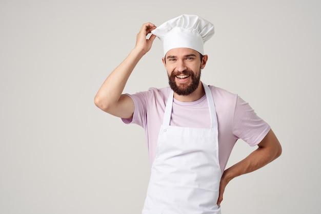 Brodaty mężczyzna szef kuchni w jednolitej kuchni emocji profesjonalista