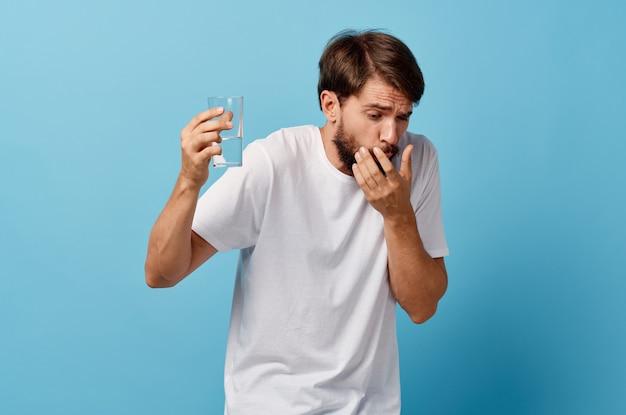 Brodaty mężczyzna szklanka wody studio