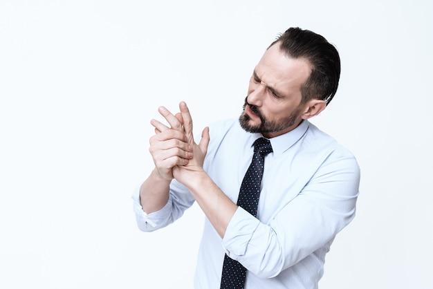 Brodaty mężczyzna trzyma pędzel i krzyczy z bólu.