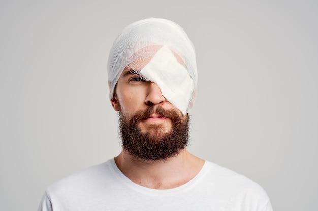 Brodaty mężczyzna uraz głowy problemy zdrowotne emocje na białym tle