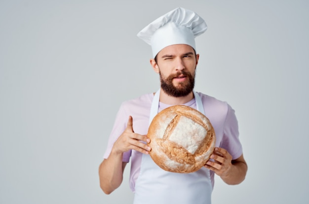 Brodaty mężczyzna w białym fartuchu profesjonalna obsługa restauracji. zdjęcie wysokiej jakości