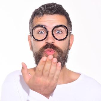 Brodaty mężczyzna w czarnych okularach piasku buziaka. różne emocje. stylowy mężczyzna mody. uczucia i emocje. wyraz twarzy.