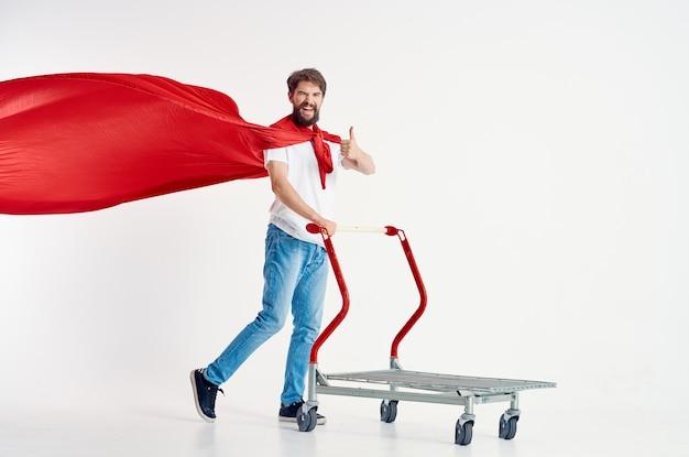 Brodaty mężczyzna w czerwonym płaszczu transportowym w pudełku na białym tle