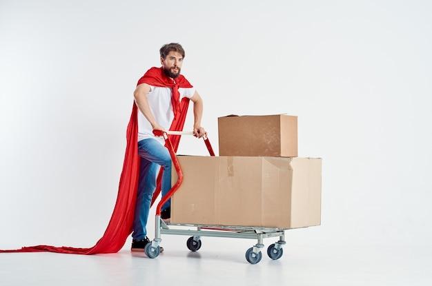 Brodaty mężczyzna w czerwonym płaszczu transportu w polu jasnym tle. zdjęcie wysokiej jakości