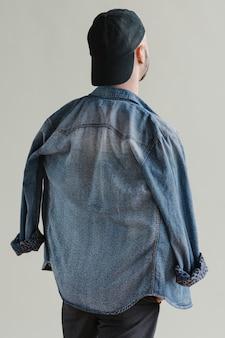 Brodaty mężczyzna w dżinsowej koszuli