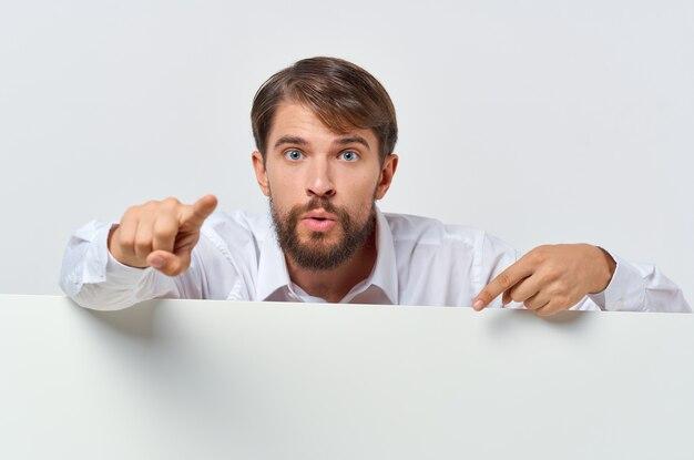 Brodaty mężczyzna w garniturze biały plakat mocap zniżki reklama copyspace studio