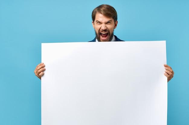 Brodaty mężczyzna w garniturze biały plakat mocap zniżki reklama niebieskie tło