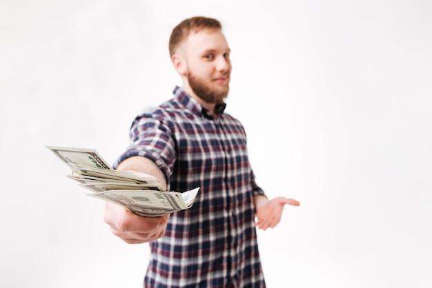 Brodaty mężczyzna w koszuli pokazano pieniądze