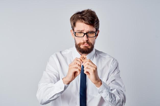 Brodaty mężczyzna w koszuli z krawatem emocje technologia gotówkowa