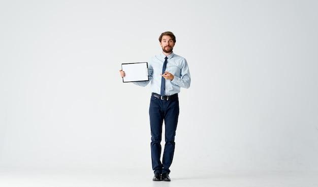 Brodaty mężczyzna w koszuli z papierami do krawata pracuje w biurze
