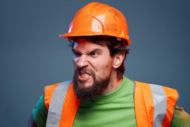 Brodaty mężczyzna w mundurze budowy ciężkiej pracy zawodu