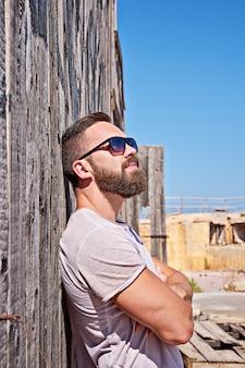 Brodaty mężczyzna w okularach przeciwsłonecznych zostaje plenerowy