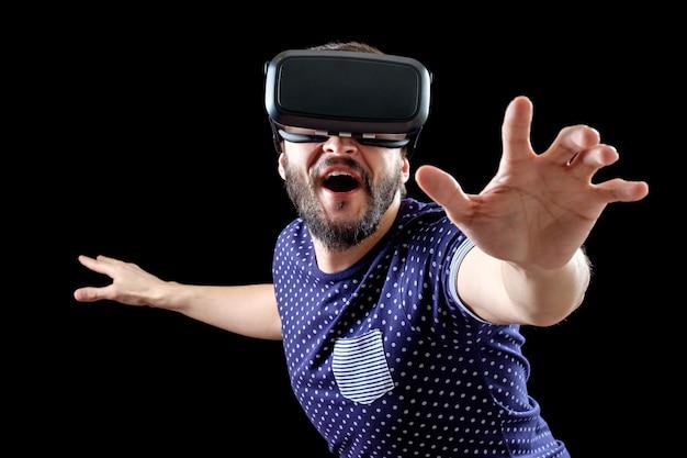 Brodaty mężczyzna w okularach wirtualnej rzeczywistości