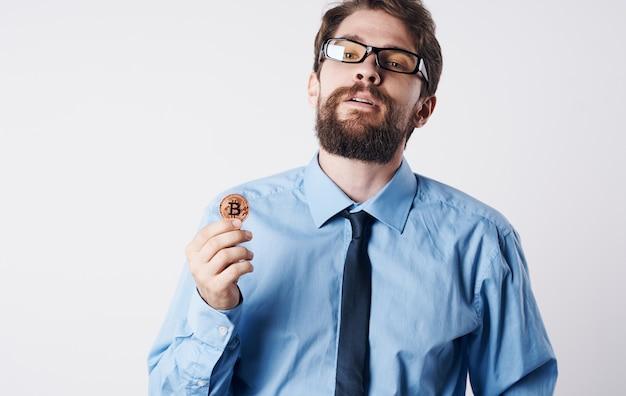 Brodaty mężczyzna w okularach z kryptowalutą bitcoin technologia finansowa bank gospodarka