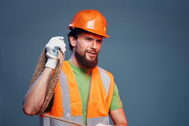 Brodaty mężczyzna w pomarańczowym ciężkim kapeluszu budowlanym