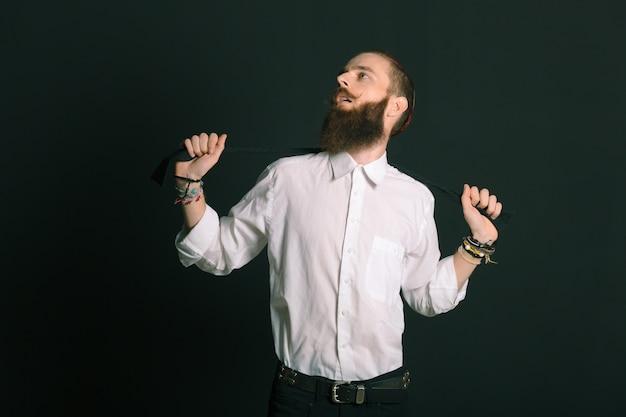 Brodaty mężczyzna w stylu hipster