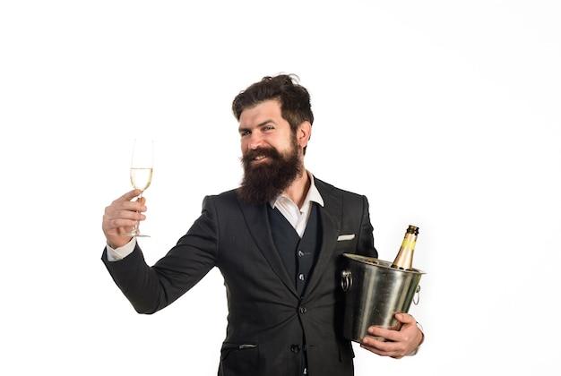 Brodaty mężczyzna z kieliszkiem szampana z chłodnicą wina na imprezę świętuje alkoholowego biznesmena wina w garniturze