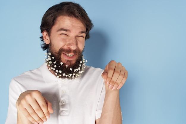 Brodaty mężczyzna z kwiatami w brodzie