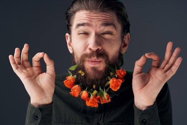 Brodaty mężczyzna z romantyczną dekoracją kwiatową atrakcyjny wygląd zbliżenie.