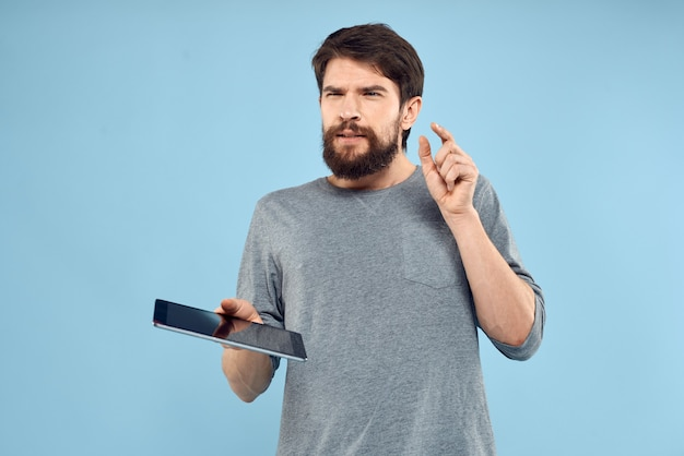 Brodaty mężczyzna z tabletem w rękach technologii