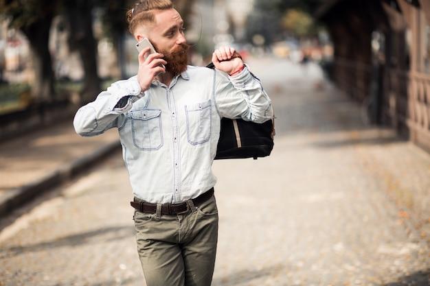 Brodaty mężczyzna z telefonu