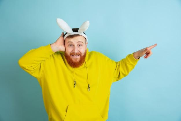 Brodaty mężczyzna z uszami królika na wielkanoc