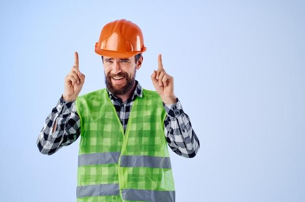 Brodaty mężczyzna zielona kamizelka pomarańczowy kask przepływ pracy gesty rąk na białym tle