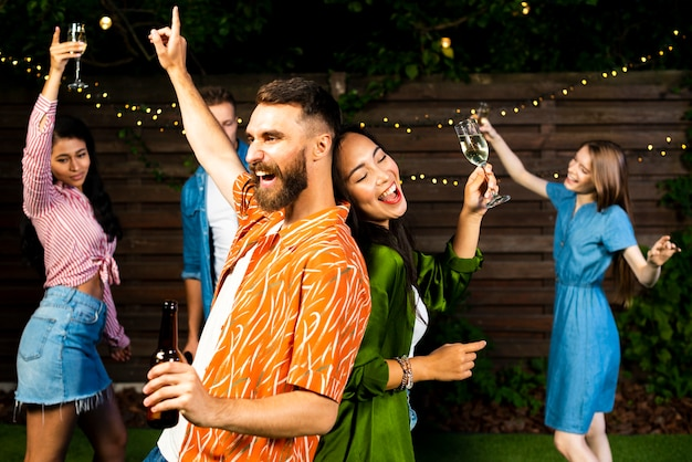 Brodaty młody mężczyzna i kobieta tańczy