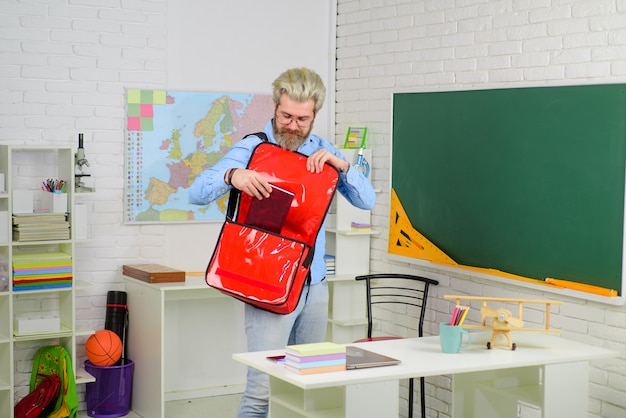 Brodaty nauczyciel szkolny z teczką brodaty mężczyzna w garniturze edukacja powrót do szkoły portret mężczyzny