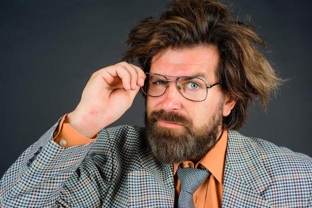 Brodaty nauczyciel z bliska portret zdezorientowanej koncepcji szkoły nauczycielskiej brodaty mężczyzna w garniturze edukacja