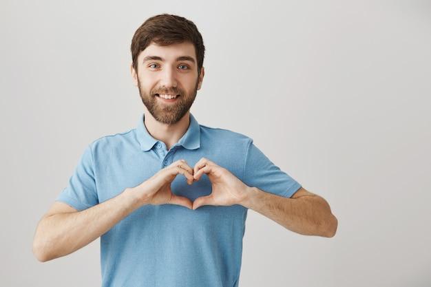 Brodaty portret młodego faceta z niebieską koszulką