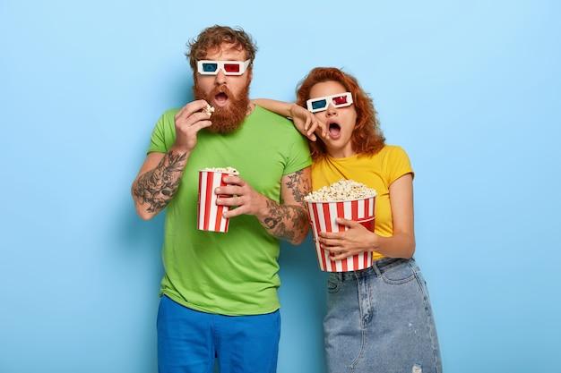 Brodaty rudowłosy mężczyzna ogląda ulubiony gatunek filmowy