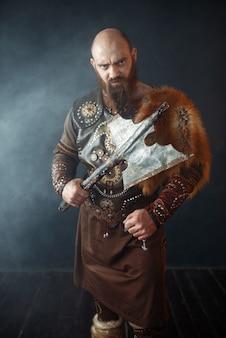 Brodaty wiking z toporem wkracza do bitwy